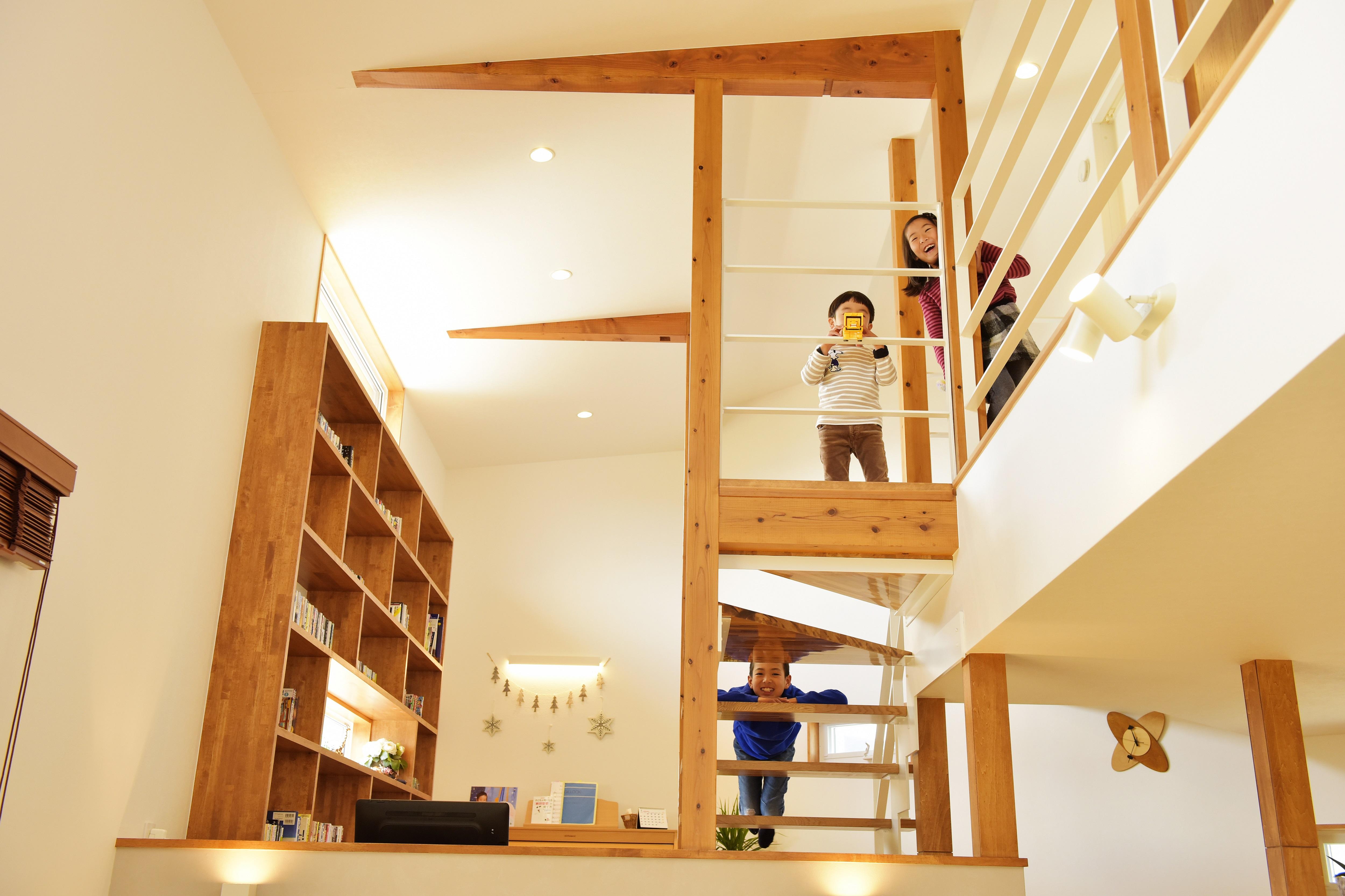 階段から顔をのぞかせる子供達