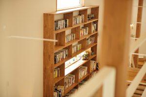 本棚を置いたスコルハウスのステップフロア
